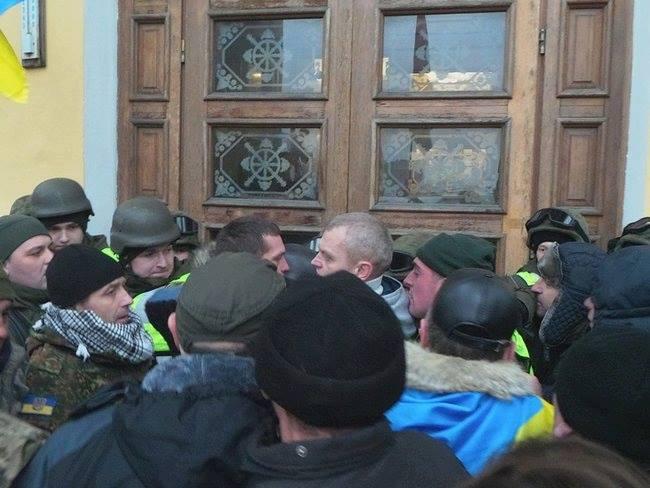 Нацгвардия назвала число пострадавших во время штурма Октябрьского дворца: опубликованы фото (4)