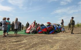 Обычно бездомных так хоронят: в сети бурно обсуждают фото странной могилы Захарченко