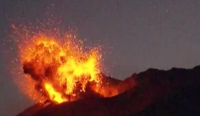 На юге Японии произошло массивное извержение вулкана (видео)