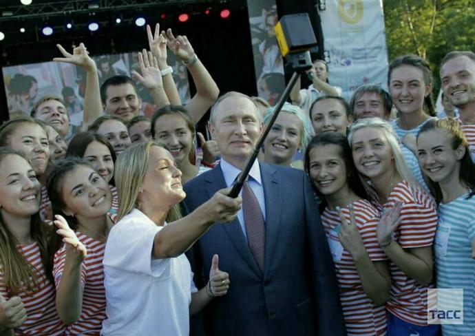 Ботокс невдало схопився: соцмережі обговорюють свіжі фото Путіна в Криму (1)