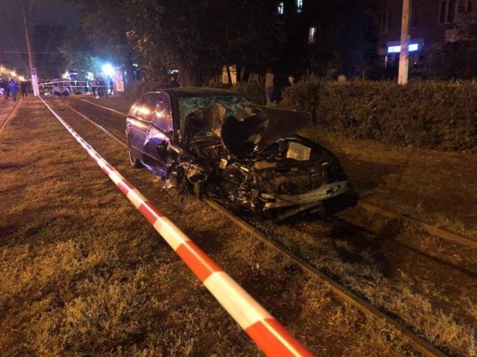 В Одесі BMW влетів у зупинку, загинули люди: з'явилися моторошні фото і відео з місця аварії (4)