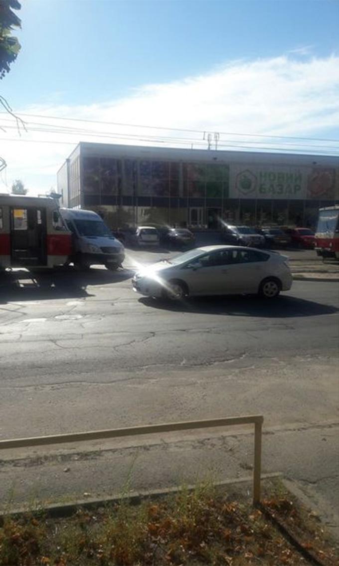 У Києві трамвай в'їхав у мікроавтобус: з'явилися фото (1)