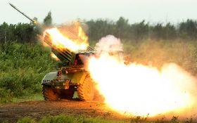 """Бойовики стягнули десятки танків і """"Градів"""" до окупованого Луганську"""