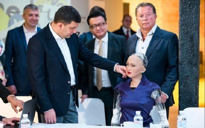 Робот София приехала в Киев - видео