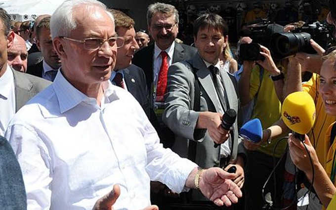 Украинцы в соцсетях посмеялись над предложением Азарова о пари