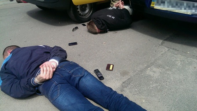 Поліцейських в Житомирі зловили на наркоторгівлі: з'явилися ефектні фото затримання (1)