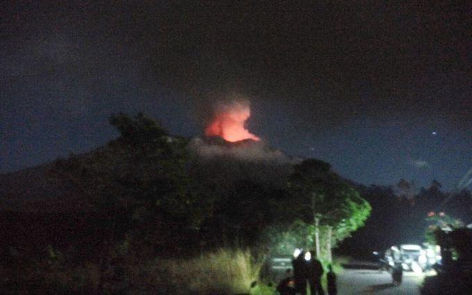 Бали вновь накрыло мощное извержение вулкана, эвакуированы сотни жителей: опубликованы жуткие фото и видео