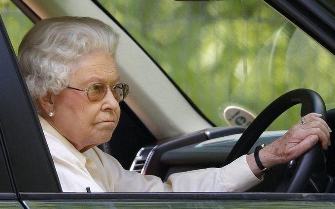 """Королеву Елизавету II поймали на """"хулиганском"""" нарушении закона"""