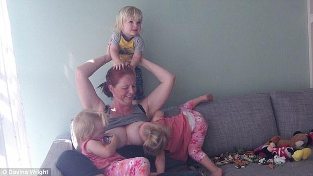 Многодетная мать показала, как кормит грудью пятилетних тройняшек: опубликованы фото (2)