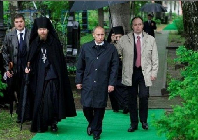 Він знав, як носити парасольку: соцмережі висміяли нового главу адміністрації Путіна