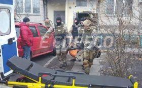 Поліцейська облога квартири в Києві: з'явилися фото з місця подій