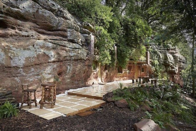 Дом в заброшенной 700-летней пещере (6 фото)