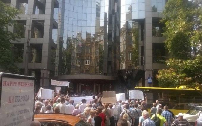 Сотні вкладників провального банку перекрили рух в Києві: з'явилися фото і відео