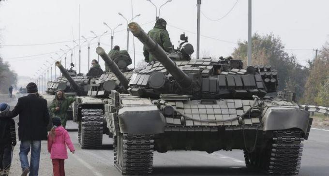 """Россия стягивает в Крым танки и """"Грады"""": опубликовано видео"""