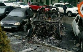 В Киеве в масштабном пожаре сгорели три машины: появились фото
