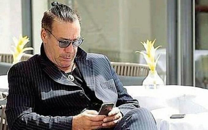У мережі бурхливо обговорюють несподіваний приїзд до Києва всесвітнього відомого рок-музиканта: опубліковані фото