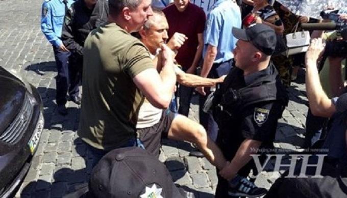 """Учасники """"тарифного"""" протесту влаштували бійку з поліцією: з'явилися фото"""