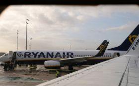 В Испании мужчина пытался выйти из самолета через крыло: опубликовано видео