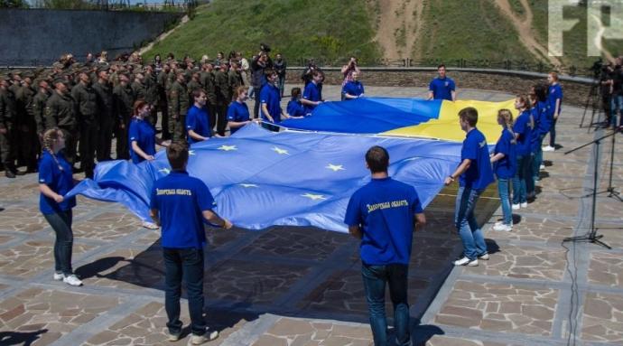 На Хортице в честь безвиза с Евросоюзом подняли флаг ЕС на самый высокий флагшток: появились фото и видео (1)