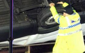 В Британии полицейский руками удержал грузовик, падающий с обрыва