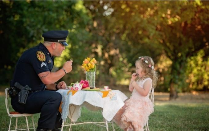 Дворічна дівчинка влаштувала чайну вечірку для копа, який врятував їй життя: зворушливі фото