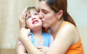 Можно ли обнимать ребенка, если он против: в сети набирает популярности новый мем