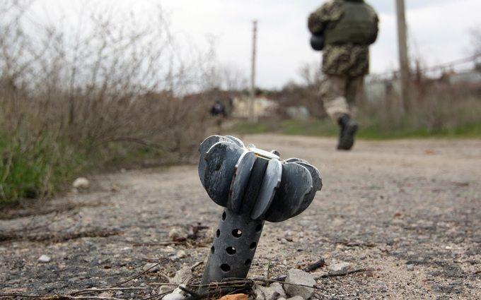 Бойовики ЛНР розбомбили регіональну трасу на Донбасі: опубліковані фото