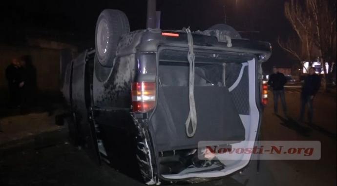 Пьяный водитель в Николаеве ухитрился перевернуть микроавтобус: появились фото и видео (1)