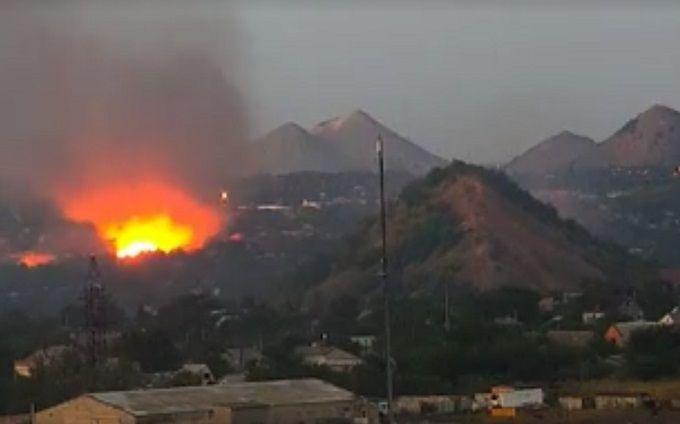 У бойовиків ДНР спалахнули склади з боєприпасами: з'явилося відео