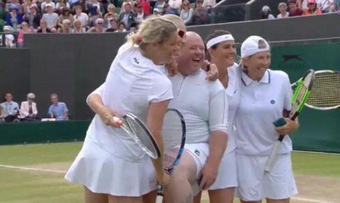 НаУимблдоне теннисистки заставили болельщика надеть юбку