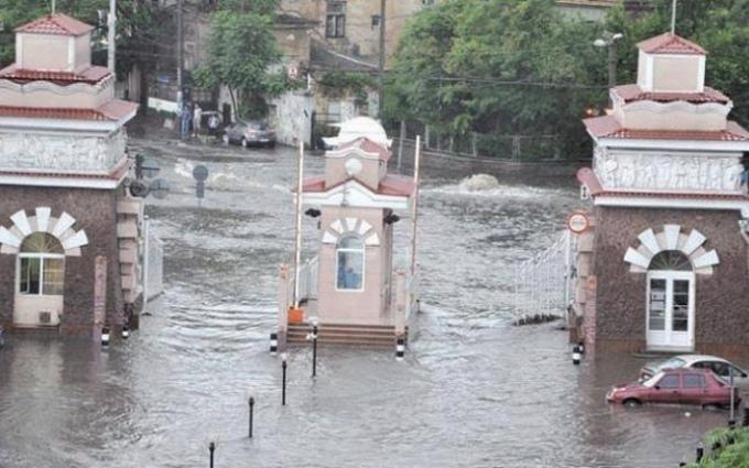Через сильний дощ Одеса пішла під воду: з'явилися вражаючі фото і відео