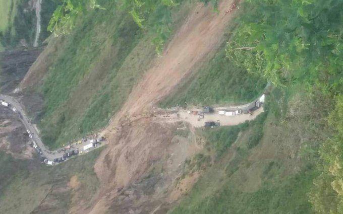 """В Колумбии с """"Носа Дьявола"""" упал автобус, много жертв: появились видео"""