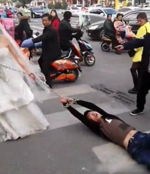 У Китаї наречена притягла нареченого на весілля на ланцюгу: скандальне відео (1)