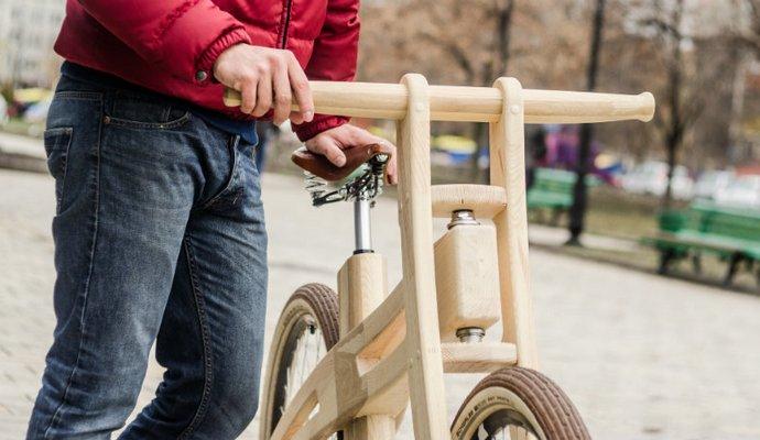 Житель столицы делает деревянные велосипеды