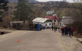 На Прикарпатье перевернулся автобус с паломниками, есть пострадавшие: появилось фото