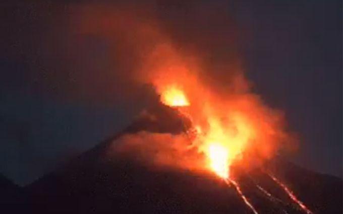 В Мексиці прокинувся древній вулкан: з'явилися вражаючі відео