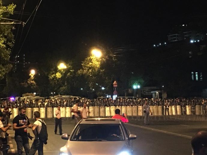 Мітинг у Єревані: В результаті зіткнень вбито поліцейського: опубліковані фото та відео (1)