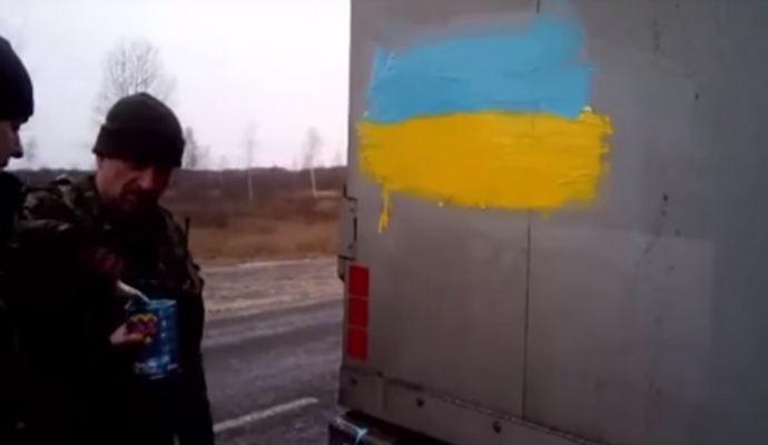 Российскую фуру раскрасили в цвета флага Украины: опубликовано видео
