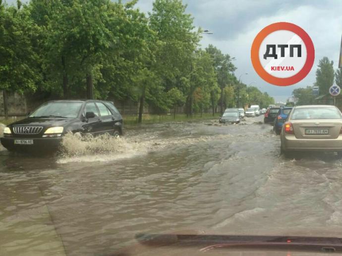 Злива в Києві перетворила вулицю на річку: опубліковано фото (1)
