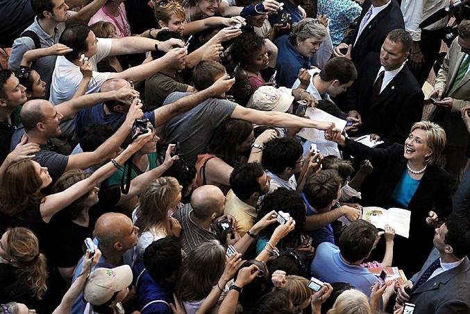 Світ змінився: нове фото з Клінтон стало хітом мережі (2)