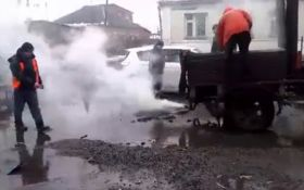 Харьковские коммунальщики повеселили укладкой асфальта в лужи: появилось видео