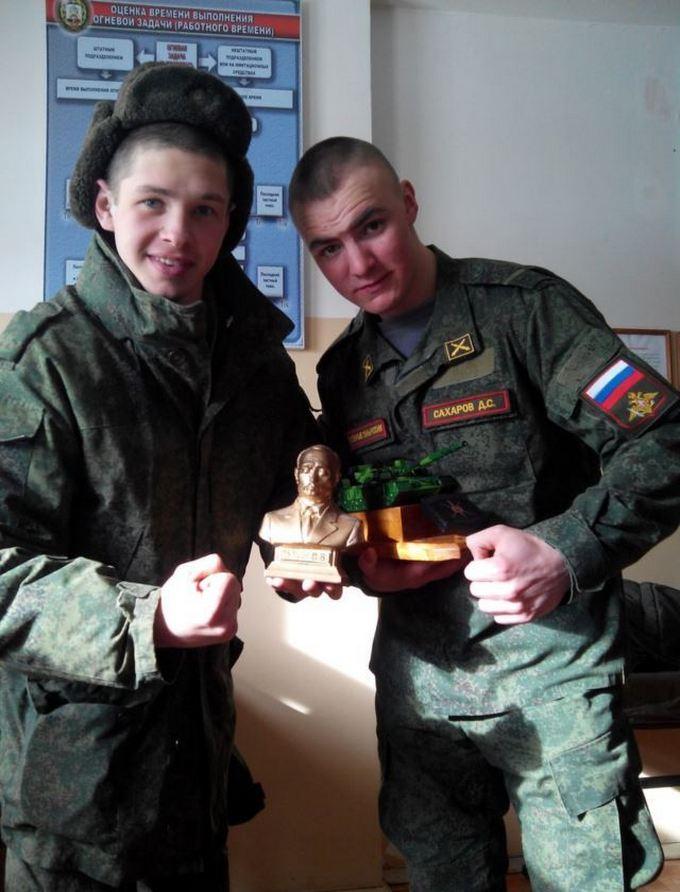 Російських солдатів, які воювали на Донбасі, нагородили бюстом Путіна: з'явилося фото (2)