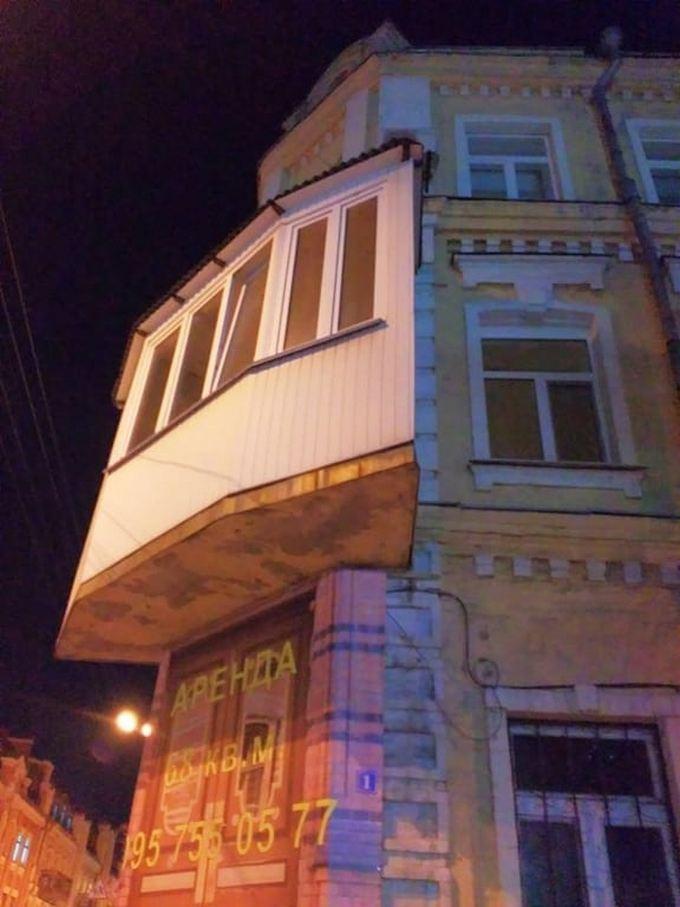 Безглузда прибудова в історичному центрі Києва розбурхала соцмережі: опубліковані фото (3)