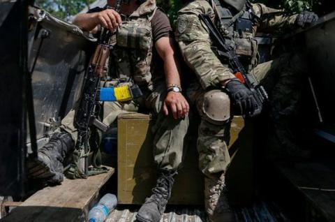 """Луганська ОДА: на фугасі підірвався """"КрАЗ"""" з дев'ятьма українськими військовими, троє поранені"""