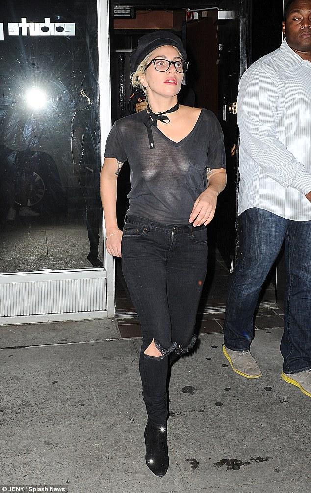 Леді Гага вразила папараці відсутністю бюстгальтера і чокером: опубліковані фото (1)