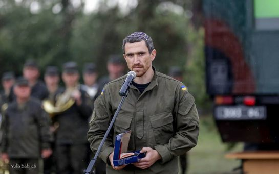 Украинских бойцов заставляли подметать лес, а на базу Нацгвардии пускали кого попало - Цви Ариэли