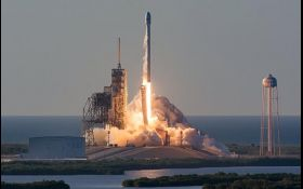 Компанія Ілона Маска успішно запустила ракету Falcon 9 із супутником зв'язку