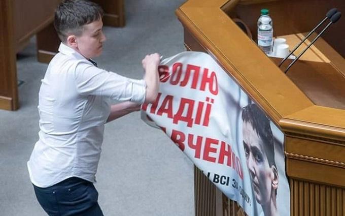 Савченко зірвала з трибуни ВР свій вкрадений портрет: опубліковано фото