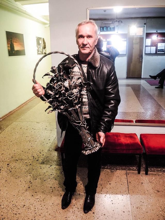 Кобзону в оккупированном Донецке подарили выкованные из снарядов розы: появились фото (1)