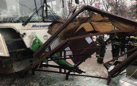 У Москві автобус влетів в зупинку, є жертви: опубліковано відео